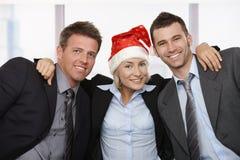 Freunde, die Weihnachten im Büro feiern Stockfotos