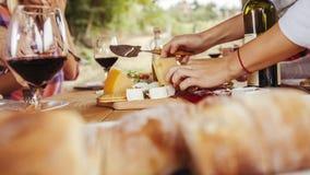 Freunde, die Wein trinken lizenzfreie stockfotografie