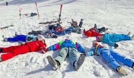 Freunde, die Winterzeit genießen Lizenzfreie Stockfotografie