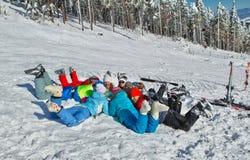 Freunde, die Winterzeit genießen Stockfotos