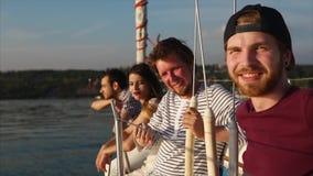 Freunde, die Yachtkreuzfahrt haben und Naturszenen genießen stock footage
