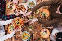 Freunde, die zu Abend essen stockbild