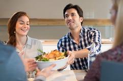 Freunde, die zu Abend essen Stockfoto