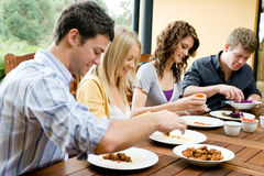Freunde, die zu Abend essen Stockfotografie