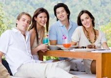 Freunde, die zu Mittag essen Lizenzfreie Stockbilder