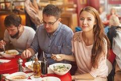 Freunde, die zu Mittag essen Stockfotos