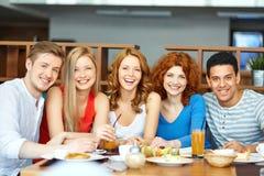 Freunde, die zu Mittag essen Lizenzfreie Stockfotografie