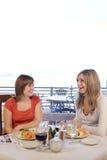 Freunde, die zu Mittag essen Stockfoto
