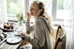 Freunde, die zusammen auf Teeparty-Essenkuchen-Genuss h zusammentreten lizenzfreies stockfoto
