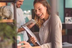 Freunde, die zusammen an der Kaffeestube studieren Lizenzfreies Stockfoto