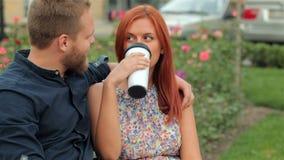 Freunde, die zusammen draußen Kaffee trinken stock footage