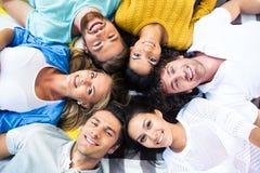 Freunde, die zusammen in einem Kreis liegen Stockfoto