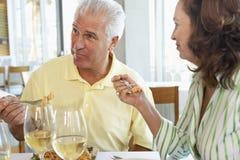 Freunde, die zusammen an einer Gaststätte zu Mittag essen Stockbilder