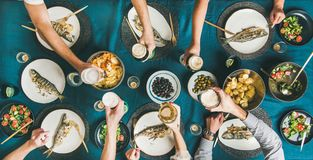 Freunde, die zusammen Fisch und essen und Bier trinken stockfoto