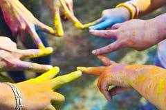 Freunde, die zusammen ihre Hände in ein Zeichen der Einheit und des Teams einsetzen Stockbild