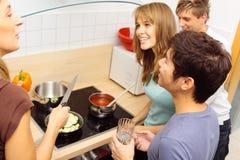 Freunde, die zusammen kochen Stockfoto