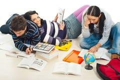 Freunde, die zusammen nach Hause studieren Lizenzfreies Stockfoto