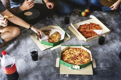Freunde, die zusammen Pizza geliefert werden stockfotos