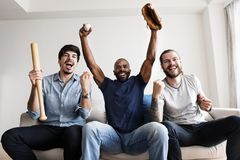 Freunde, die zusammen Sportliga zujubeln lizenzfreie stockfotografie