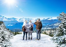 Freunde, die zusammen Zeit auf dem Winter Reise wandernd genießen lizenzfreies stockfoto