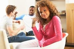 Freunde, die zusammen zu Hause plaudern genießen Lizenzfreies Stockfoto