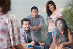 Freunde an einem Lagerfeuer Stockbilder