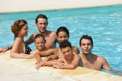 Freunde in einem Swimmingpool Stockbilder