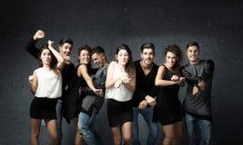 Freunde in einem wilden Tanzen stockbilder