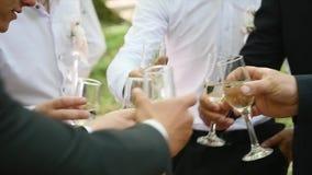 Freunde feiern Hochzeiten, rösten und trinken Champagner draußen stock video