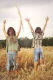 Freunde feiern Natur und ihre Freiheit lizenzfreie stockbilder