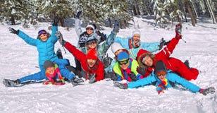Freunde gelegt auf den Schnee Stockbild