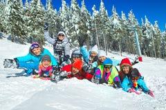 Freunde gelegt auf den Schnee Stockfotos