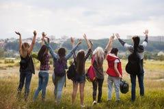 Freunde gruppieren glückliche Hände herauf Naturkonzept lizenzfreie stockfotos