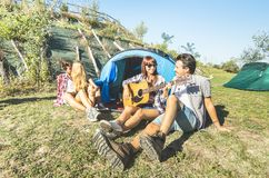 Freunde gruppieren Haben Zujubelns des Spaßes des im Freien am Picknicklager stockfotos