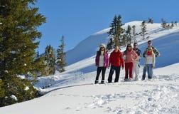 Freunde haben Spaß am Winter auf frischem Schnee Stockbild