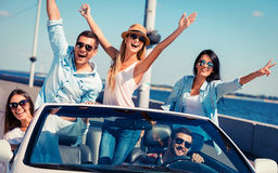 Freunde im Kabriolett Stockfoto
