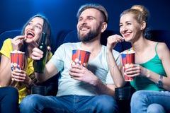 Freunde im Kino lizenzfreie stockfotos