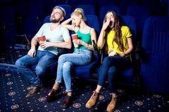 Freunde im Kino lizenzfreie stockbilder