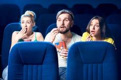 Freunde im Kino stockfotografie