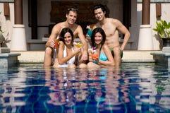 Freunde im Pool stockfotos