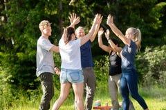 Freunde im zufälligen Geben hoch--Fünf nachdem dem Spielen mit Gebäude Stockbilder