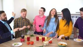 Freunde lachen und scherzen beim Vorbereiten des Buffets für zufälliges Abendessen Glückliche Gruppe Freunde, die Spaß in einer K stock video footage