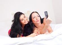 Freunde machen ein Foto Lizenzfreie Stockfotos