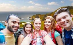 Freunde mit dem Rucksack, der selfie über Big Sur nimmt stockfotografie