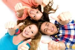 Freunde mit den Daumen oben Stockfoto
