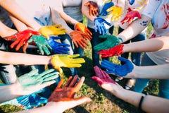 Freunde mit den farbigen Händen Stockfoto