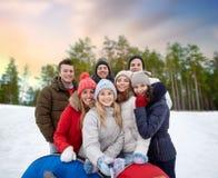 Freunde mit den Schneerohren, die selfie im Winter nehmen stockbilder