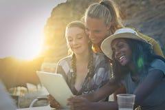 Freunde mit einer Tablette lizenzfreies stockfoto