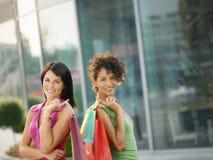 Freunde mit Einkaufenbeuteln Lizenzfreie Stockfotos
