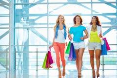 Freunde mit Einkaufstaschen Stockfotos